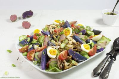 Aardappelsalade met komkommer, tomaat en kip