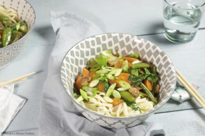 Chinese roerbak met wortel, sugarsnaps en kip