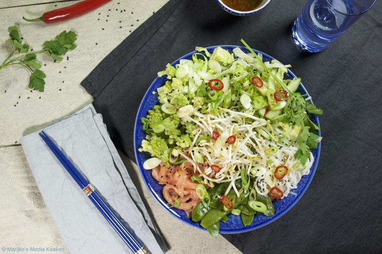 Aziatische rijstnoedelsalade met groenten en zalm