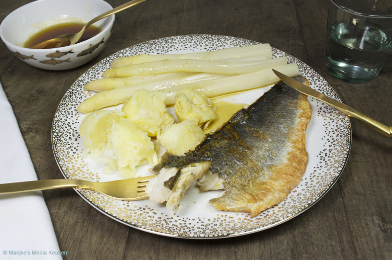 Asperges met gebakken zeebaars en bruine boter