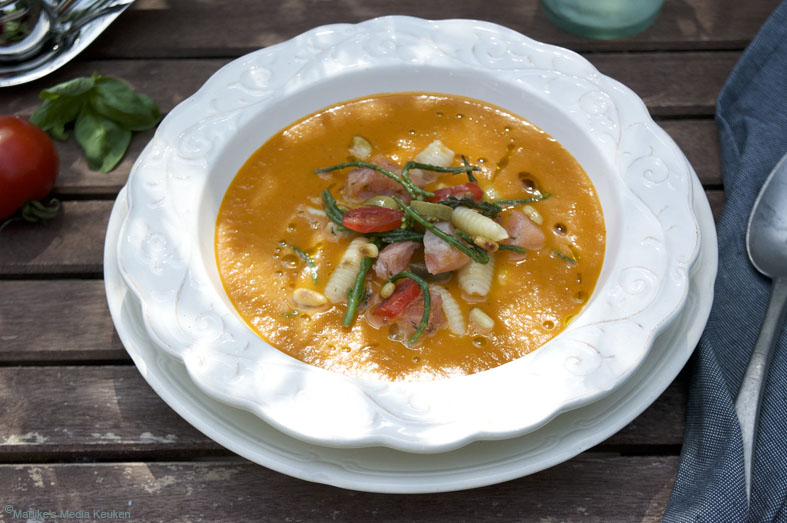 Koude tomatensoep met pasta, zeekraal en zalm
