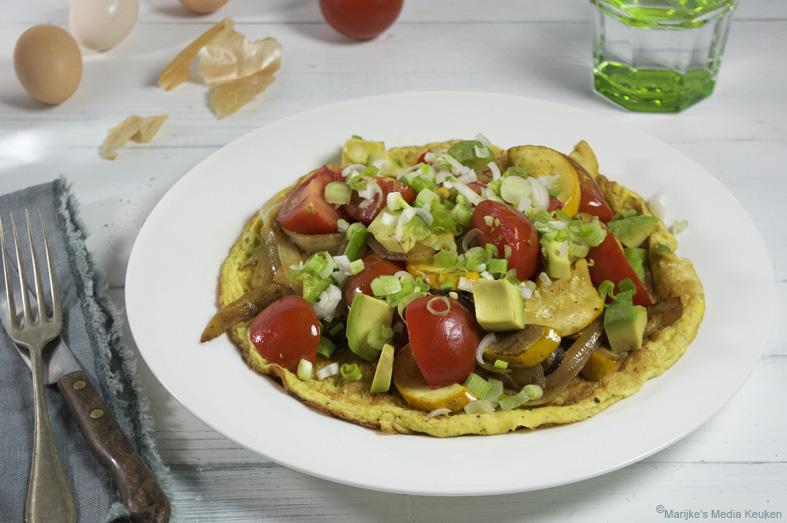 Omelet met ui, courgette en tomaat
