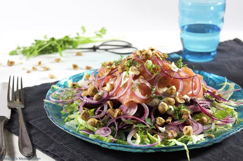 Salade van bietjes, zalm, tahinayoghurt en hazelnoten