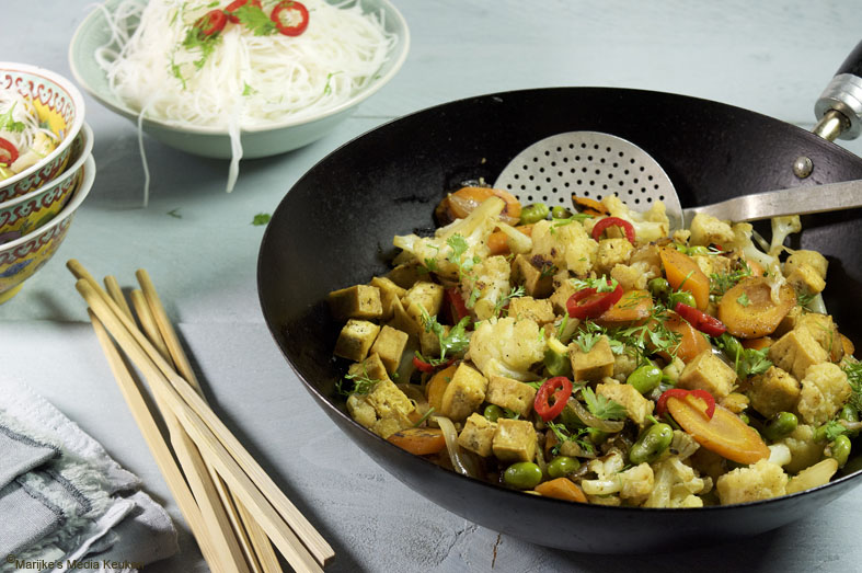 Roerbak van bloemkool, wortel en gebakken tofu