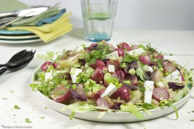 Salade met geroosterde radijs, rode ui en geitenkaas