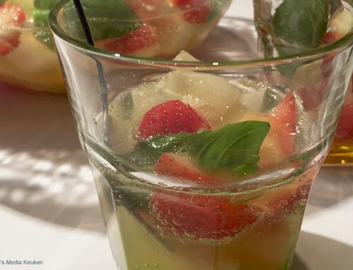 Meloenbowl met aardbeien en basilicum