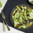 Omelet met avocado, komkommer en knoflook-muntsaus