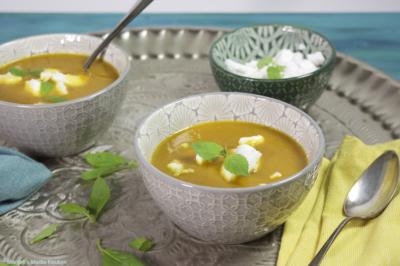 Pittige wortelsoep met vegan kaas en Thaise basilicum