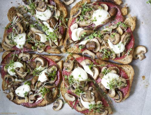 Broodpizza met salami, champignons en rucolakers