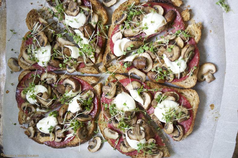 recept broodpizza met salami maken