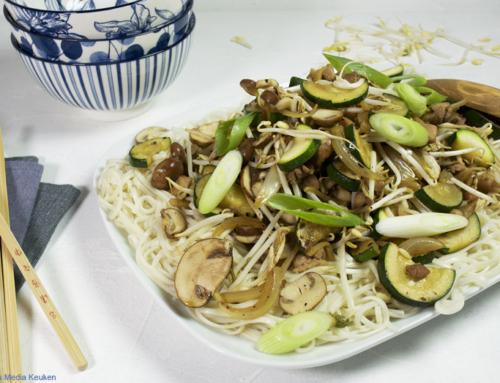 Roerbak van kip, courgette, champignons en taugé