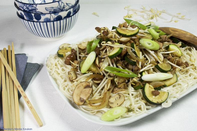 Roerbak van kip, courgette, champignons en taugé recept