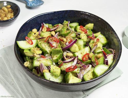 Pittige komkommersalade met avocado en rode ui