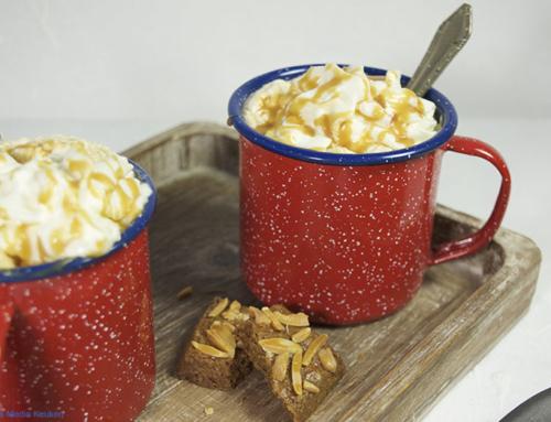 Chocoladekoffie met slagroom en karamel