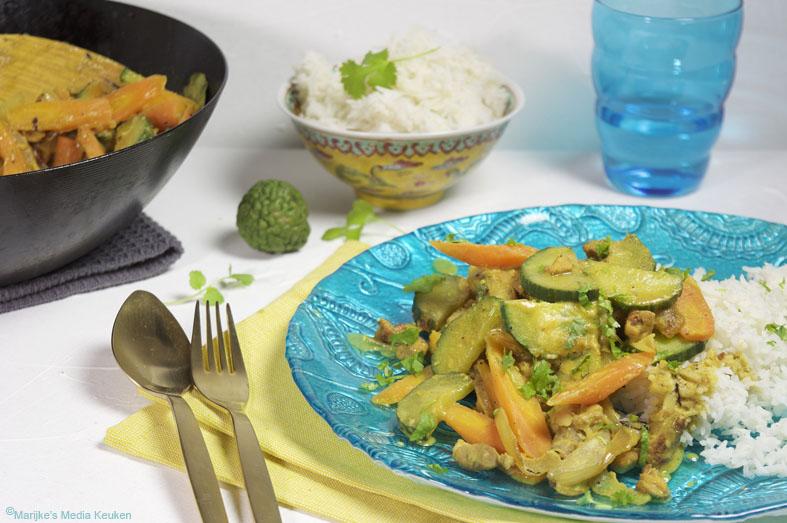 Licht pittige curry met wortel en komkommer maken
