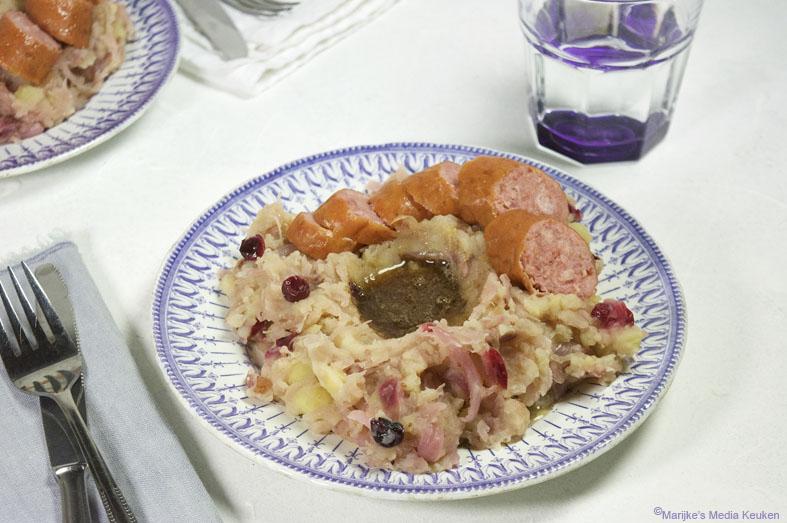 Zuurkoolstamppot met cranberry's en spekjes maken