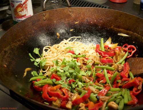 Gewokte sperziebonen met puntpaprika en kip