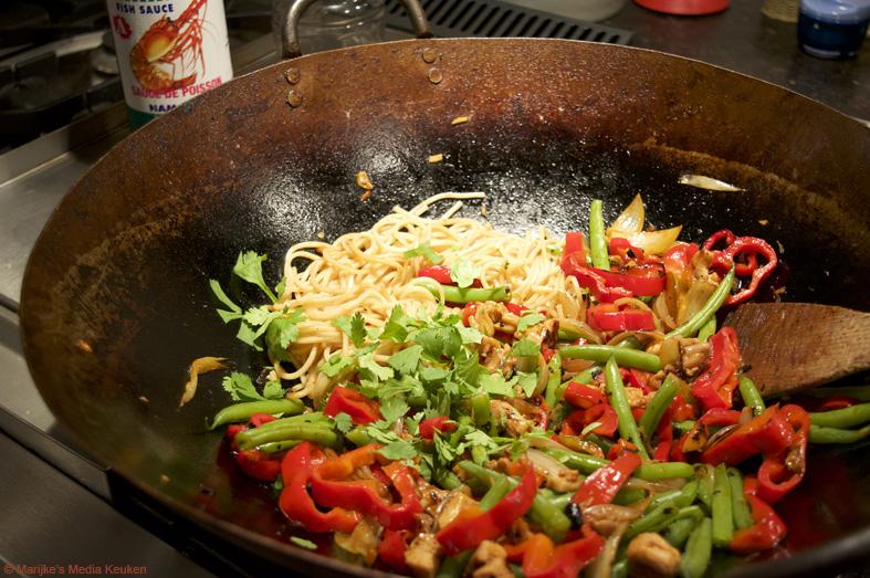Gewokte sperziebonen met puntpaprika en kip maken