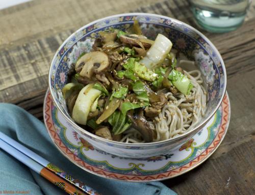 Roerbak met champignons, paksoi en kip