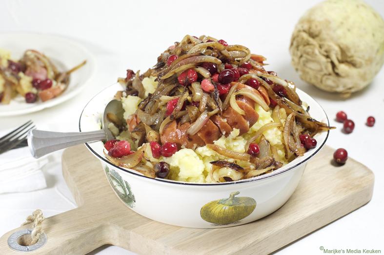 Knolselderijstamppot met gekarameliseerde uien en cranberries maken