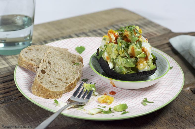 Gevulde avocado met ei maken