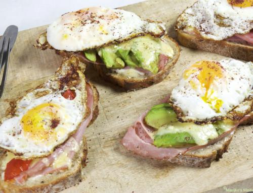 Broodje gebakken ei met avocado en tomaat