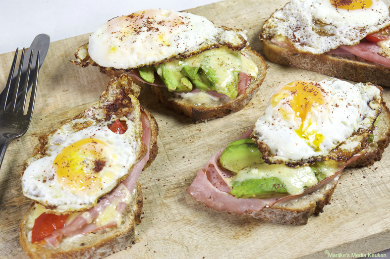 Broodje gebakken ei met avocado en tomaat maken