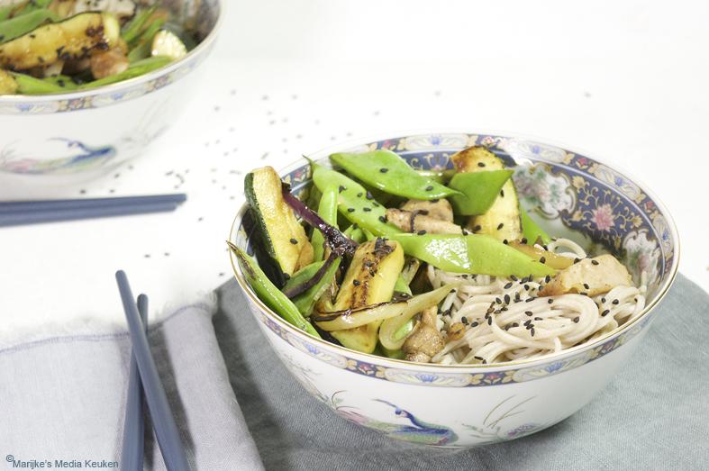 Roerbak van snijbonen, courgette en kip maken