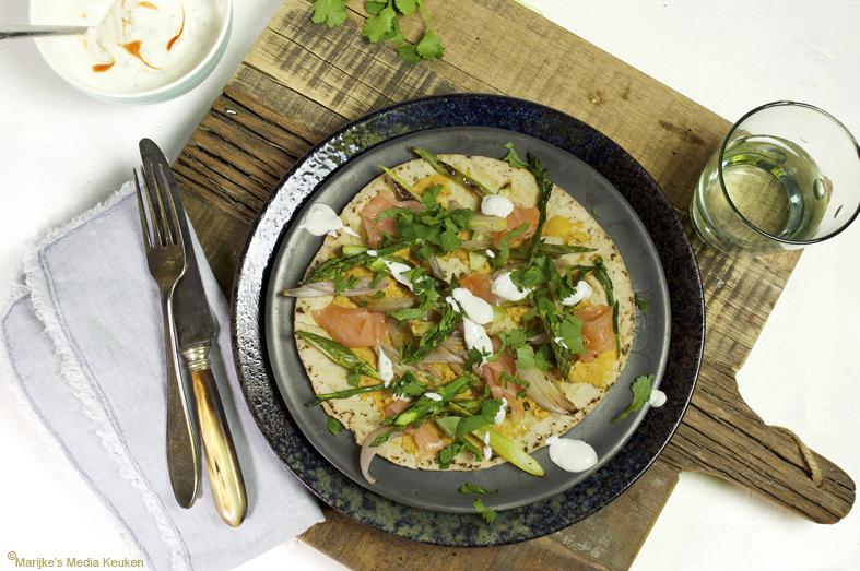 Flatbread met geroosterde asperges en zalm maken