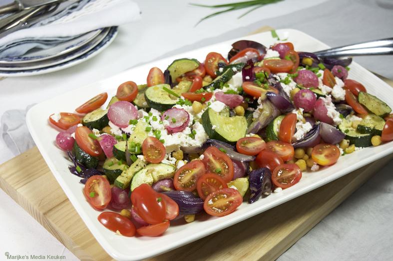 Salade met geroosterde radijs en kikkererwten maken