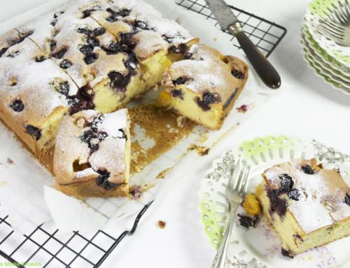 Vanillecake met blauwe vruchten en Kaapse kruisbessen