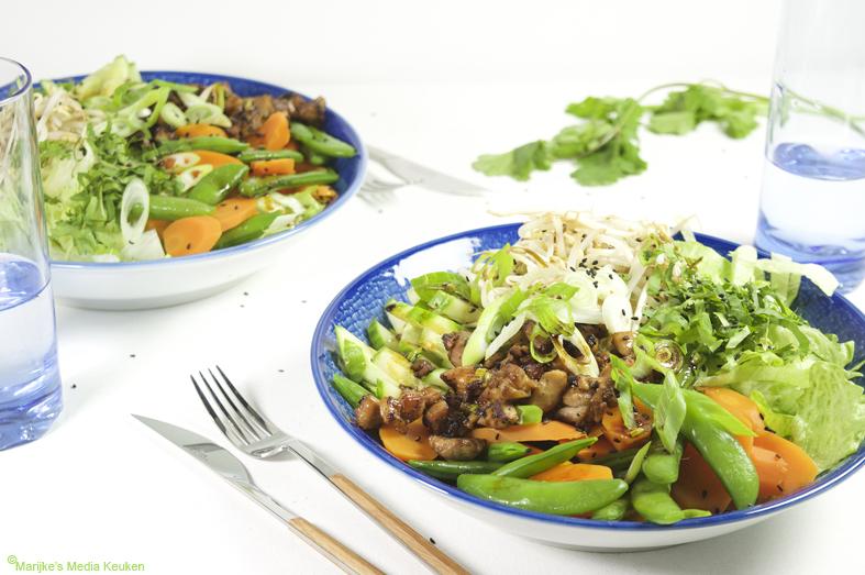 Aziatische salade met sesam-sojadressing maken