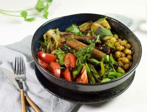 Gebakken groentesalade met vegetarische worstjes