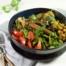 Gebakken groentesalade met vegetarische worstjes maken