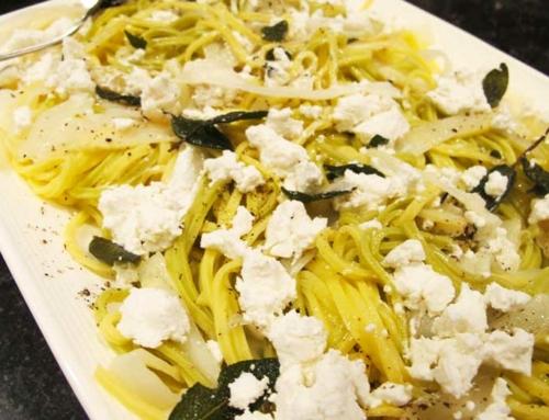 Spaghetti met witte asperges, salie en geitenkaas