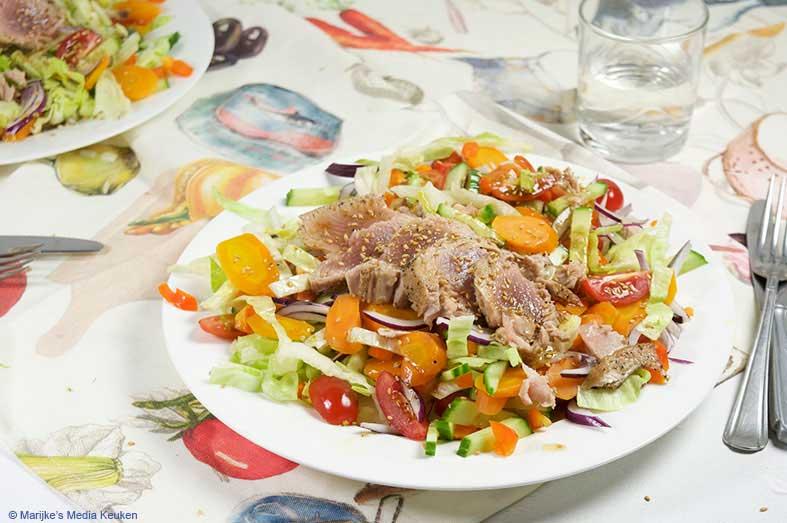 Gemengde salade met gebakken tonijn maken