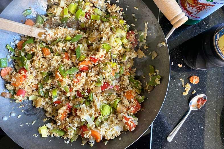 Half/half nasi met veel groenten en kip maken