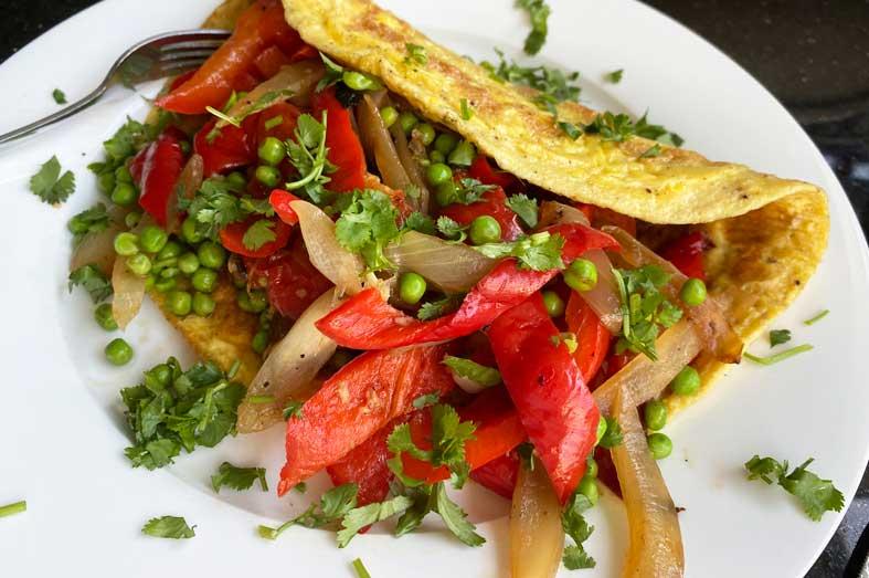 Omelet met ui, paprika en tuinerwtjes maken